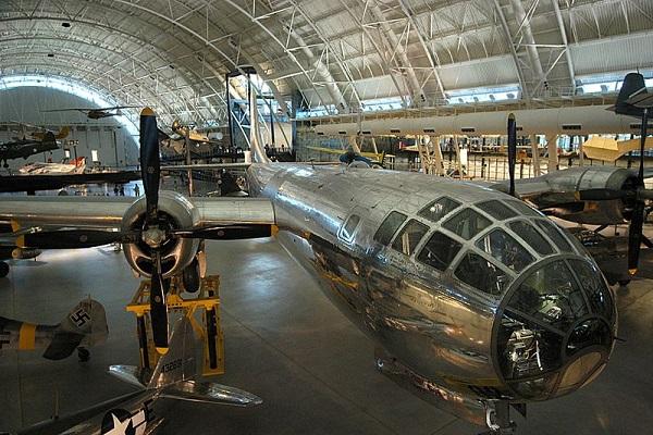 (L'Enola Gay, Oggi conservato al U.S Air And Space Museum di Dulles - Foto © Wikipedia 2004)